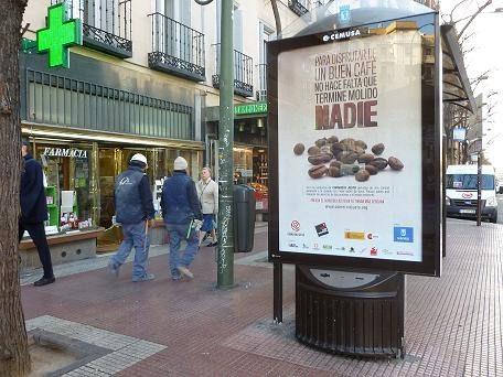 200 elementos de mobiliario urbano de Madrid difunden el Comercio Justo