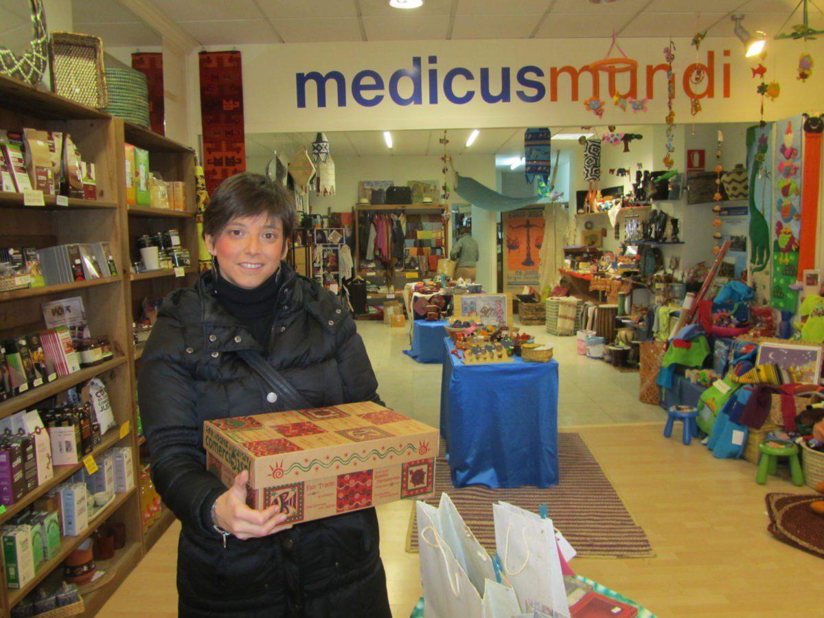 Itsaso Zaldíbar posa con el regalo de Comercio Justo en la tienda de medicusmundi