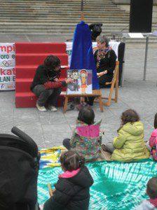 Cientos de personas participan en Vitoria-Gasteiz en el Día Mundial del Comercio Justo